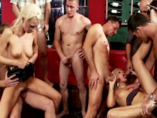 Deux blondes en chaleur baisées par plusieurs mecs