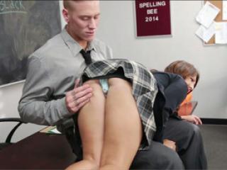 Le prof baise la jeune Ariana Grand pour la punir