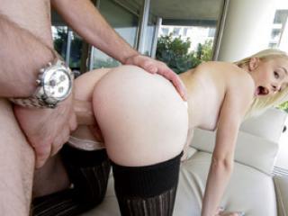 Petite blonde Maddy Rose gobe une queue en gorge profonde