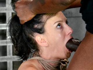 Soumise Elise Graves corrigée par un dominateur black