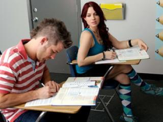 Un élève se fait pomper la bite par une étudiante
