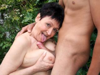 La vieille salope Anastasia se tape un jeune homme