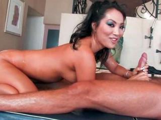 Asa Akira baise un client de son salon de massage