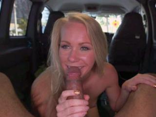 Blonde chaude pompe un gros zob en voiture