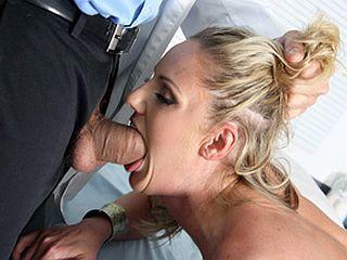 Baiser sa patiente devant ses collègues de boulot