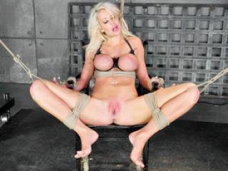 Courtney Taylor soumise à un black très pervers