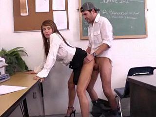 Belle prof brune aux gros seins défoncée par un étudiant