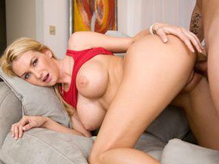 Bombasse blonde sautée en levrette sur son canapé