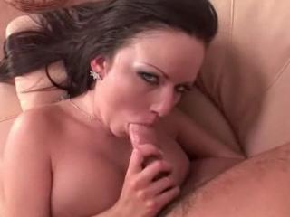 Bombe sexuelle brune aux gros seins suce et baise son pote