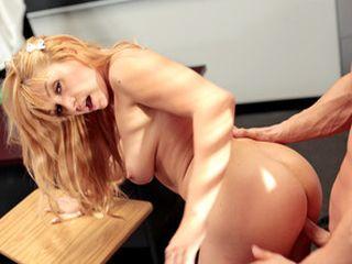 Etudiante blonde obligée de baiser avec le proviseur