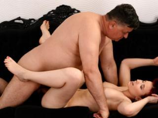 La jeune rousse Minnie Manga baise avec un vieux