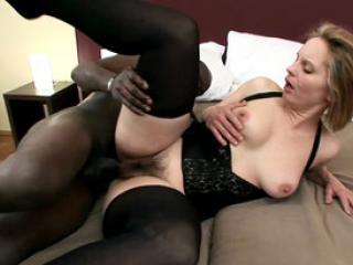 Blonde coquine baisée par un black tbm