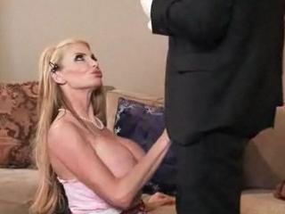 Femme au foyer suce un commercial