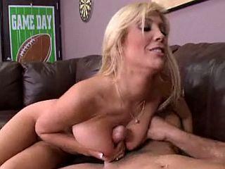 Femme cougar blonde dépucèle un étudiant