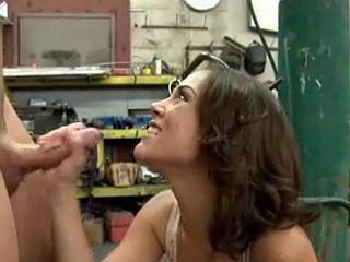 Femme du patron baise un jeune ouvrier