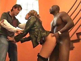 Jeune blonde sexy niquée par ses deux colocataires