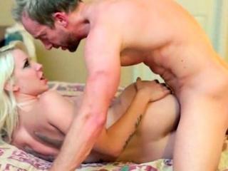 Jeune bonasse blonde baisée par son beau père