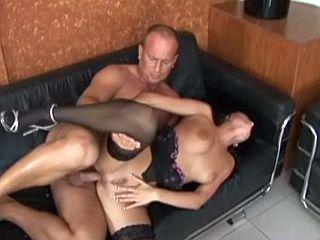 Jeune brunette dépucelée du cul par son beau père