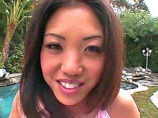 Jeune chinoise baisée par deux bites toutes dures