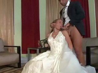 Jeune mariée suce et baise son témoin le jour du mariage