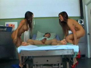 Jeune patient abusé par deux infirmières nymphomanes
