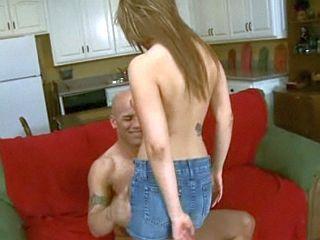 Jeune suceuse de 18 ans fait une fellation � son oncle