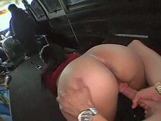 Jeunette au beau petit cul prise en levrette dans une camionnette