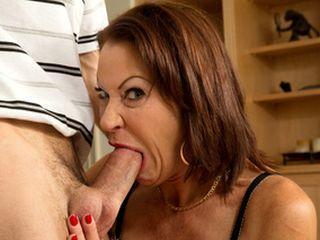 Maman suce un pote de son jeune fils