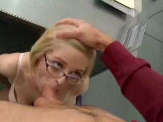 Pucelle étudiante suce la bite de son prof