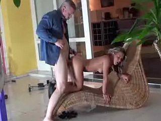Tonton baise sa jeune nièce de 18 ans