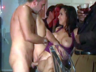 Un client défonce le minou d'une stripteaseuse