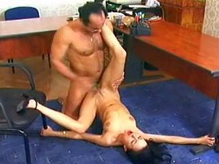 Vieux patron baise sa jeune stagiaire de 19 ans